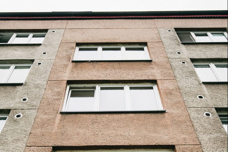 Fasáda panelového domu před zateplením
